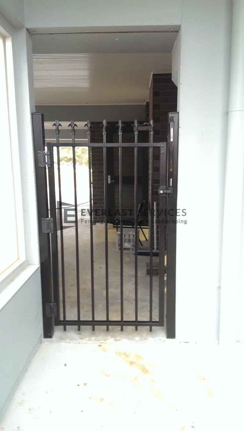 SS48 - Black Steel Level Spear Self Closign Single Gate