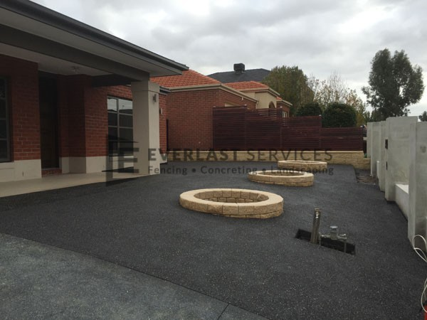 EA9 - Dark Exposed Aggregate Front with Miniwall Tree Circle
