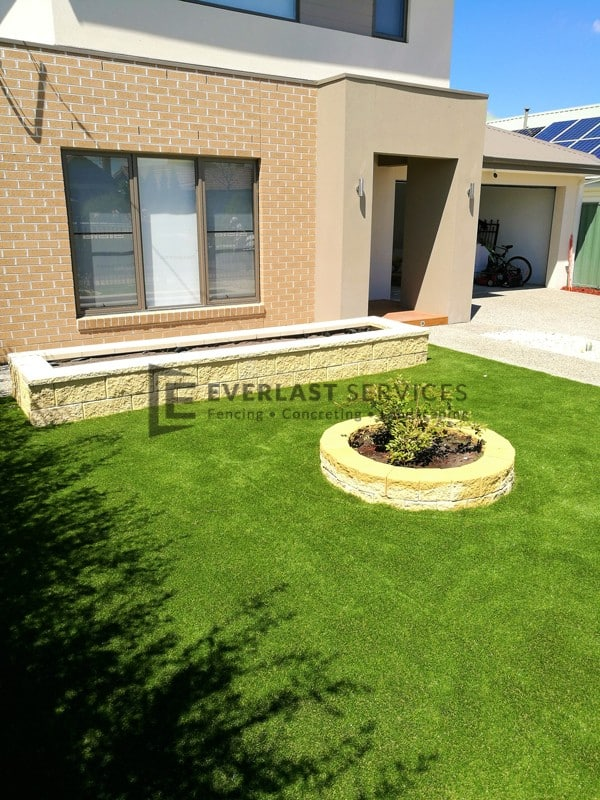 L122 - Synthetic Grass with Versa Wall Garden Box and Miniwall Garden Wall