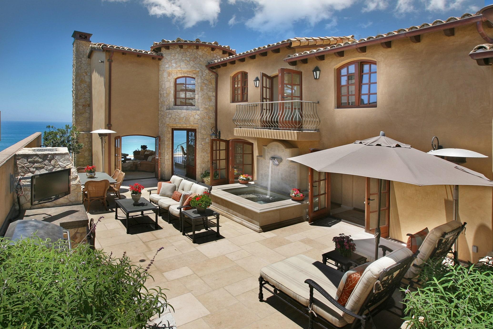 Mediterranean-Style-Courtyard