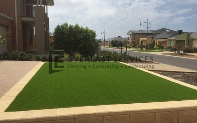 L21 - Versa Wall Retaining Wall with Synthetic Grass