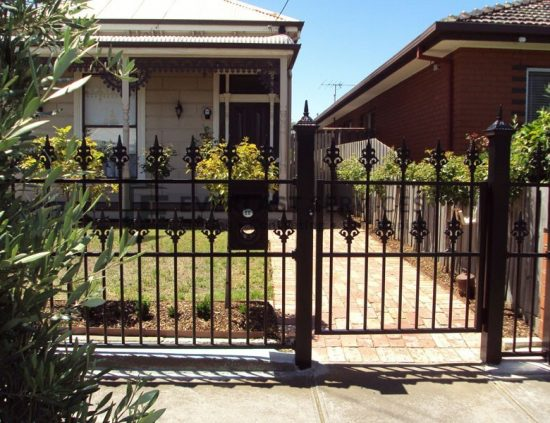 SF49 - Black Heritage Spear Steel Fencing Single Gate with Mailbox
